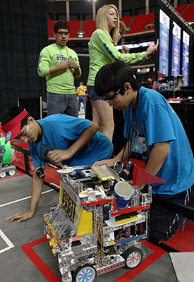 Students work on robot at FIRST championship. Photos by Adriana M. Groisman.